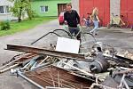 Dobrovolní hasiči při sběru železného šrotu v Brodku u Přerova