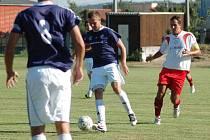 Fotbalisté Troubek (v modrém)