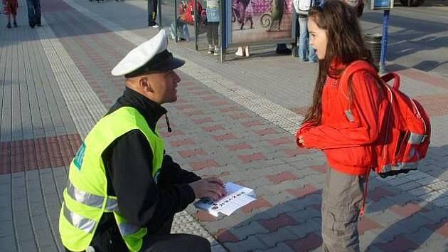 Policisté kontrolují bezpečnost dětí na přechodech