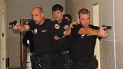 Prostory zchátralé armádní budovy v Čechově ulici se staly dějištěm cvičení, během kterého si přerovští strážníci pod vedením zkušených instruktorů nacvičili, jak postupovat v případě útoku nebezpečného pachatele. Cvičení, které se konalo v pondělí dopole