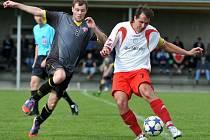 Fotbalisté Želatovic (v bíločervené) proti Hněvotínu
