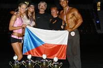 Sportovci Fitness AVE Přerov ovládli mistrovství světa federace INBA. Zleva Daniela Richterová, Lucie Čapková, trenér Jindřich Šejba, Lenka Červená a Jan Páleníček.