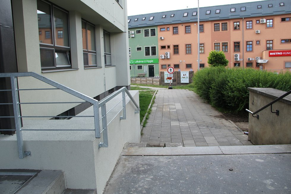 """Zrekonstruovaná budova bývalé """"zdravky"""" v Přerově. Od září tam otevře nová Vyšší odborná škola zdravotnická. Objekt prošel náročnou rekonstrukcí, nyní probíhají práce uvnitř. 13. července 2021"""