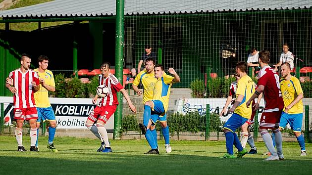 Fotbalisté FK Kozlovice (ve žlutém) doma proti Bruntálu