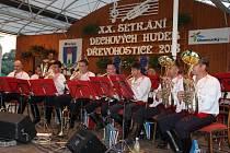 Jubilejní dvacátý ročník Setkání dechových hudeb v Dřevohosticích nalákal návštěvníky z dalekého okolí. V sobotu bylo vrcholem akce vystoupení souboru Mistříňanka, jehož členové pochází z Hodonínska.