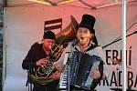 Koncert skupiny Circus Problem přitáhl i toto úterý vpodvečer posluchače na prostranství u městských hradeb.
