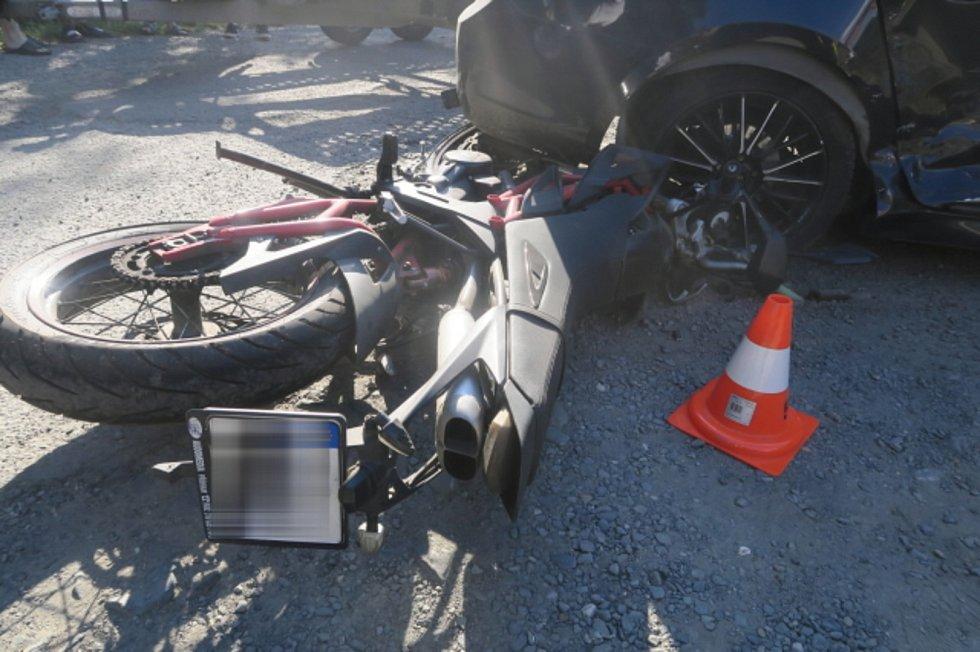 Nepozornost mladé řidičky zavinila karambol několika aut a motocyklu v Opatovicích. Škoda je téměř 900 tisíc korun.