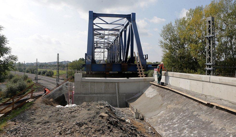 """Modernizace Dluhonické spojky na železniční trati u Přerova. Na most """"rámusák""""  dorazil největší jeřáb v ČR."""