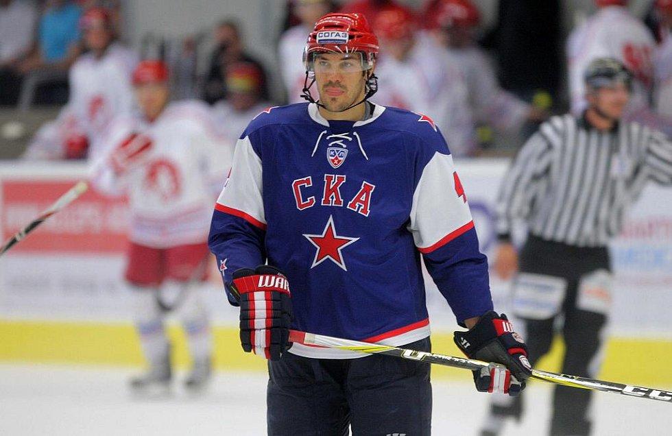 Petrohrad vs. Třinec - přípravný zápas v Přerově - Jevgenij Arťuchin v akci