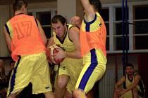 Přerovští basketbalisté (ve žlutém) v derby proti Lipníku.