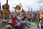 Třiašedesát kytaristů se sešlo prvního května na hradbách v Přerově