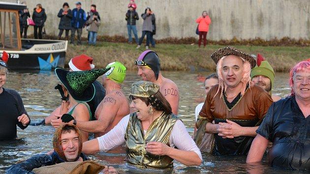 Silvestrovská show otužilců v řece Bečvě v Přerově 2018