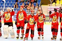 In-line hokejisté Přerova (v červeném) po postupovém čtvrtfinále s Olomoucí