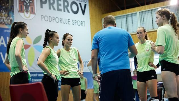 Volejbalistky Přerova (v zeleném) v prvním přípravném utkání proti TJ Ostrava.