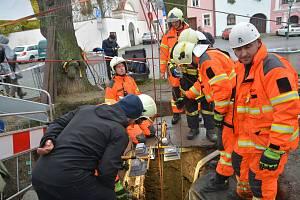 Přerovští dobrovolní hasiči v sobotu odčerpávali vodu z historické studny na Horním náměstí. Spolu s archeology prozkoumávali její dno.