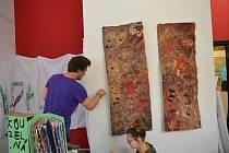 Instalace výstavy prací dětí ze Základní školy B. Němcové s názvem Pojď do školy, Boženo ve výstavní síni Pasáž v Přerově