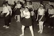 Vystoupení dětí základní školy při výroční členské schůzi JZD v roce 1965.