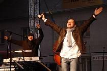 Vánoční koncert Pavla Nováka mladšího na Štedrý den na náměstí T.G. Masaryka v Přerově.