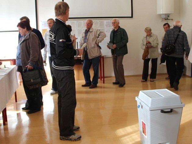 Fronta ve volební místnosti v Palackého ulici v Přerově
