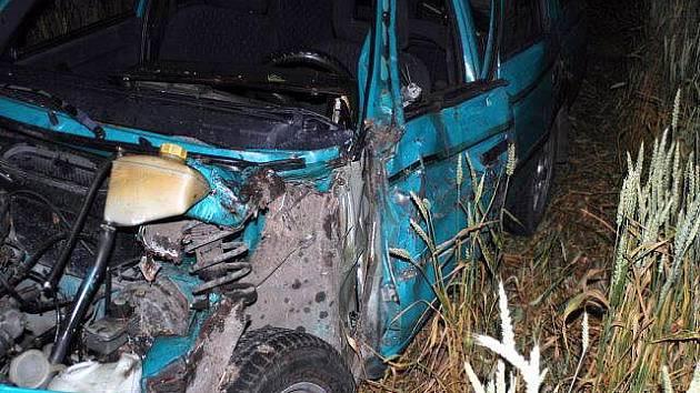 Mladá řidička nezvládla v úterý večer zatáčku mezi Polkovicemi a Obědkovicemi, otřela Škodu Forman o strom a zastavila až v poli. Ze svého zranění se bude léčit asi měsíc.