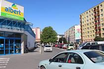 Parkování u marketu v Bayerově ulici? Odteď maximálně hodinu