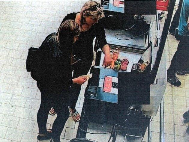 Policie hledá ženy, které by mohly pomoci s objasněním krádeže ze 14. dubna.