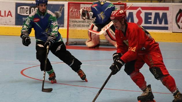 Inline hokejisté Přerova (v červeném) v domácím utkání s IHC Night Birds Praha (5:4).