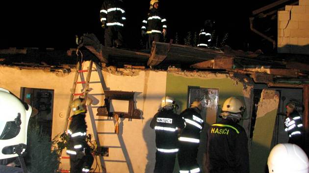 V Bochoři u Přerova strhla čtvrteční vichřice střechu hospodářské budovy