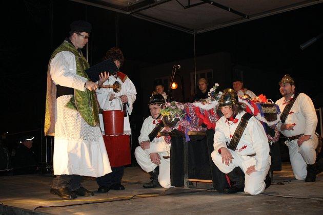 Pochovávání basy má v Dřevohosticích dlouholetou tradici, po dvou letech se obřad vrací, tentokráte do prostor zámku.