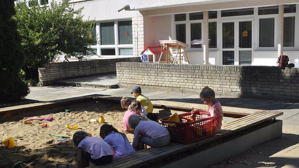 Děti z přerovské mateřinky U Tenisu se musely přestěhovat do náhradních prostor kvůli narušené st