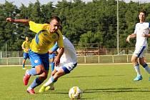Úvodní kolo divize E nabídlo derby v Přerově mezi domácí Viktorkou (v bílém) a Kozlovicemi. Tomáš Strašák