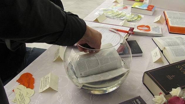 Výstava Bible včera, dnes a zítra, spojená s expozicí Bible očima Rembrandta. Raritou je bible vytištěná na nepromokavém materiálu, která je ponořená do vody.