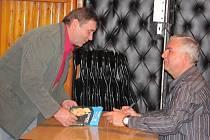 Známý herec Miroslav Donutil zavítal v pátek večer do Lipníku nad Bečvou. Jeho humorné historky, které prokládal písničkami a vzpomínkami, si přišly poslechnout na tři stovky diváků. Během přestávky podepisoval lidem v sále své dvě nové knihy.
