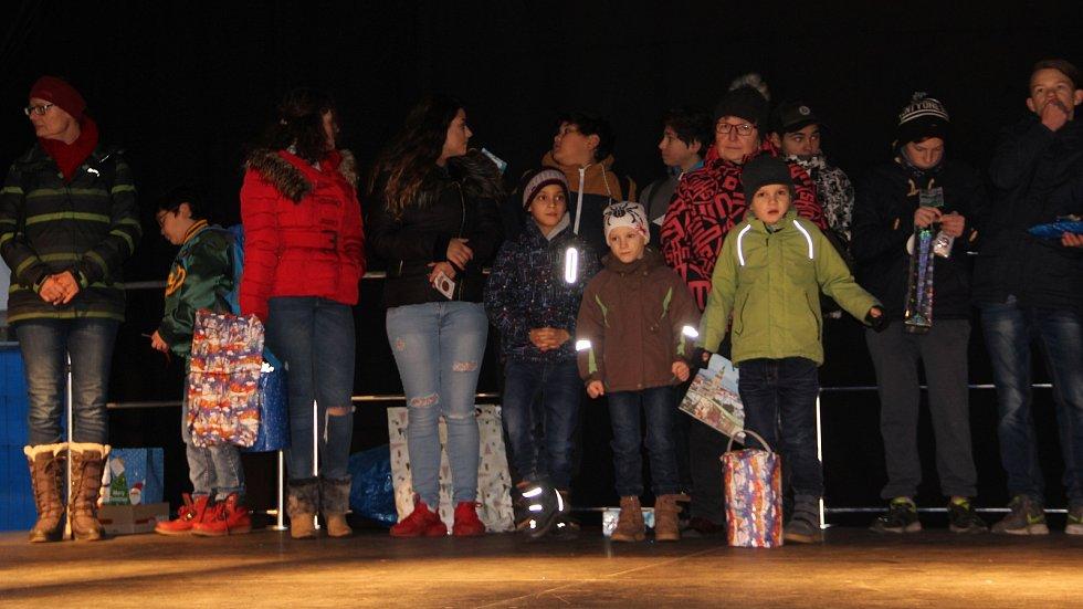 Dětem z přerovského dětského domova naděloval Ježíšek dárky v předstihu na Masarykově náměstí v Přerově