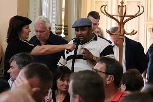 Na veřejné slyšení, které se zabývalo otázkou  bezpečnosti obyvatel Přerova po nedávných incidentech dvou znesvářených romských rodin, zamířily ve středu 22. července do Městského domu davy lidí. Atmosféra byla bouřlivá a radní se dostali pod palbu nepříj