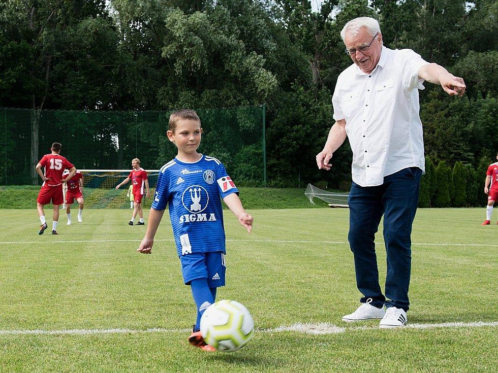 Benefiční fotbalové utkání v Kozlovicích mezi výběrem Kopaček (v bílém) a Hokejek (v červeném). Foto: Deník/Jan Pořízek
