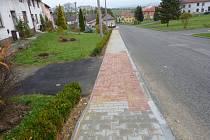 Nový chodník v Radotíně v dolní části obce nyní umožní bezproblémový průchod obcí maminkám s kočárky i tělesně postiženým.