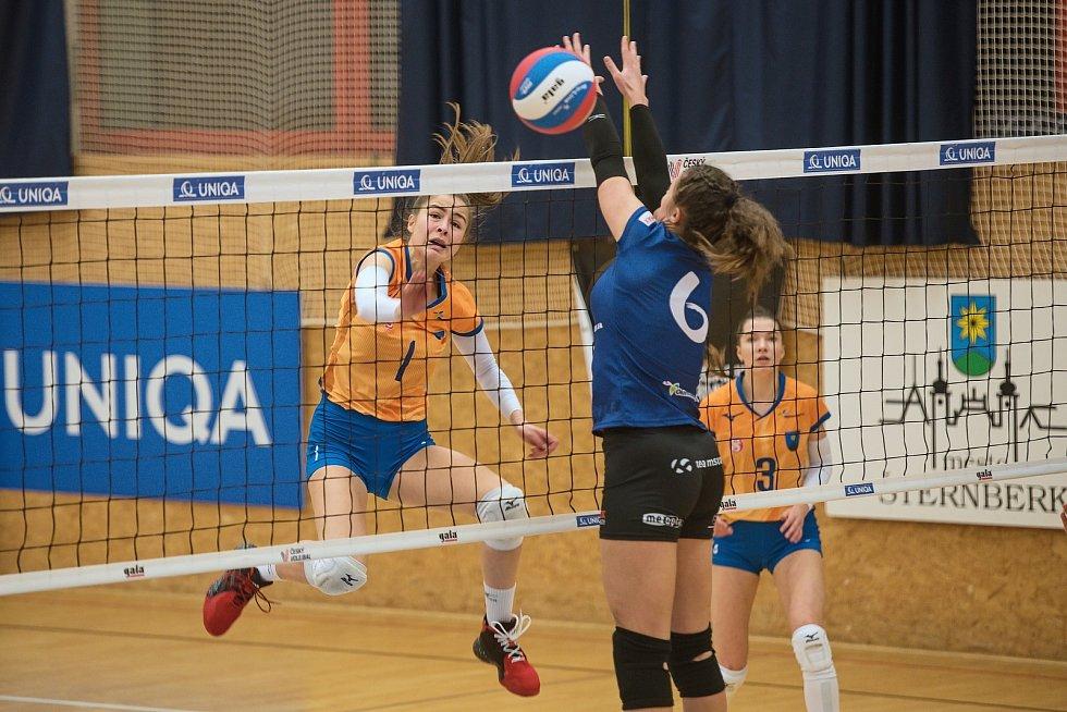 Volejbalistky Šternberku (v oranžovém) doma nestačily na Přerov. Adriani Kamidinová