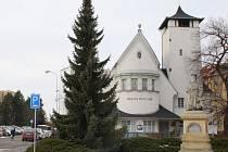 Auty přeplněné parkoviště a chaos, který má ke klidu hodně daleko. Tak to vypadá na prostranství u evangelického kostela v Přerově, kde se nachází jedna z nejsttarších soch J. A. Komenského na světě.