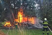 Blesk zapálil strom a kůlnu v Penčicích