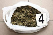 Kriminalisté zadrželi drogového dealera, který ve svém bytě přechovával dvě kila marihuany a pervitin