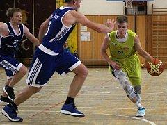 Basketbalisté Lipníku (ve žlutém) v utkání s BK Žďár nad Sázavou.