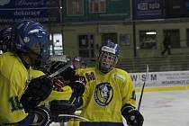 Starší žáci HC ZUBR Přerov (ve žlutém) ovládli Ligu starších žáků a postoupili na MČR.