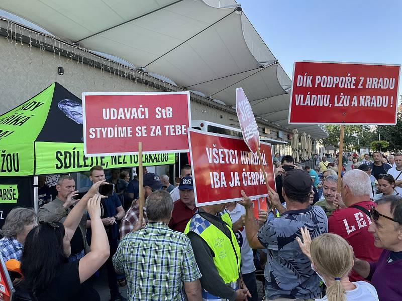 Premiér Andrej Babiš (ANO) v sobotu 21. srpna 2021 dopoledne v Přerově podepisoval svoji novou knihu, fotil se s fanoušky a rozdával zmrzlinu. Předvolební setkání narušil hlasitý protest zástupců přerovské pobočky Konfederace politických vězňů (KPV)