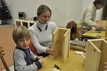 Vyrobit si svou vlastní budku pro ptáky mohli ve čtvrtek odpoledne rodiče s dětmi v prostorách přerovského Ornisu.