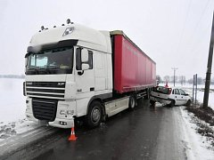 Srážka nákladního vozu s osobním autem v Polkovicích