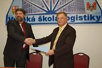 Dohodu mezi Vysokou školou logistiky a ČVUTpodepsali děkan dopravní fakulty ČVUT Miroslav Svítek (vlevo) a rektor Vysoké školy logistiky v Přerově Ivan Barančík.