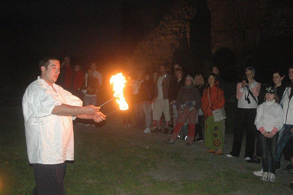 Ohňová show a noční kování na Helfštýně