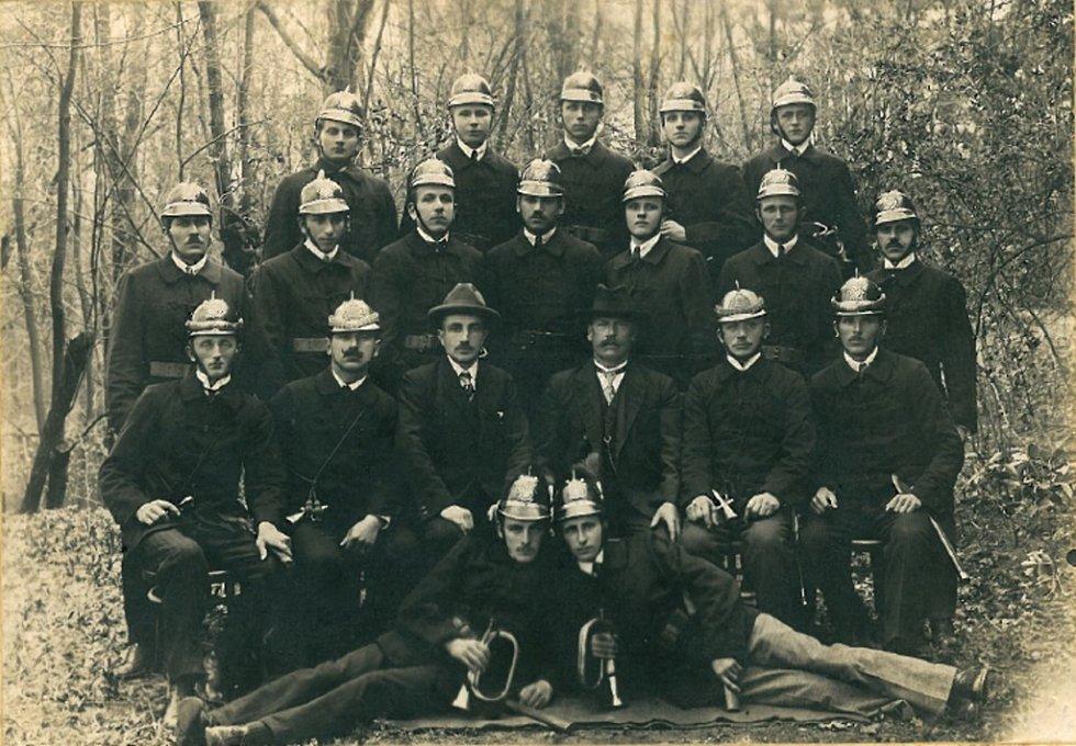 Společná fotografie vinarských dobrovolných hasičů z roku 1925. Skupinová fotografie vznikla v areálu Skalka. Sbor byl vybaven výstrojí, která byla pořízena z darů občanů, kteří v obci žili.
