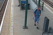 Po neznámém pachateli, který ukradl na nástupišti vlakového nádraží v Přerově kabelku, pátrá policie. Pachatele zachytily kamery.
